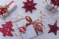 Weihnachtsgeschenke auf Schweizer Stockbild