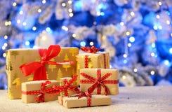 Weihnachtsgeschenke auf Tabelle Lizenzfreie Stockbilder