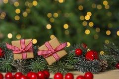 Weihnachtsgeschenke auf Tabelle, Weihnachtslichthintergrund Stockbild