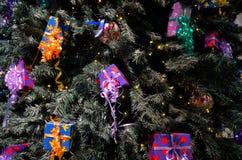 Weihnachtsgeschenke in der Baumdekoration Lizenzfreies Stockbild