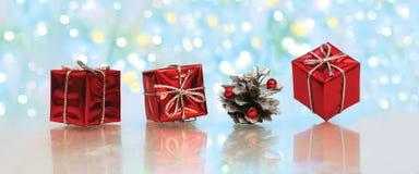 Weihnachtsgeschenke in einem roten Kasten Lizenzfreies Stockbild
