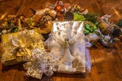 Weihnachtsgeschenke eingewickelt in einer eleganten Einstellung Lizenzfreies Stockbild