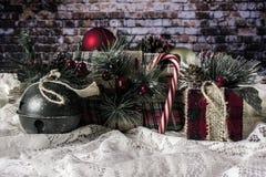 Weihnachtsgeschenke eingewickelt im Flanell und in der Leinwand stockbilder