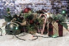 Weihnachtsgeschenke eingewickelt im Flanell und in der Leinwand lizenzfreies stockfoto