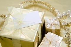 Weihnachtsgeschenke eingewickelt im Gold Lizenzfreie Stockbilder