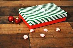 Weihnachtsgeschenke eingewickelt im roten weißen und grünen gestreiften Feiertagspapier stockbild