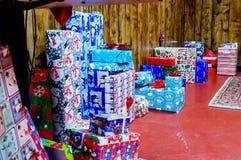 Weihnachtsgeschenke entlang Wand Stockfoto