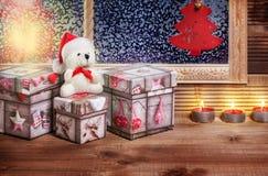 Weihnachtsgeschenke am Fenster Stockbilder