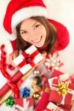 Weihnachtsgeschenke - Frau, die Weihnachtsgeschenk einwickelt Lizenzfreie Stockfotos