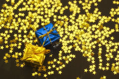 Weihnachtsgeschenke gegen Sterne Stockbild