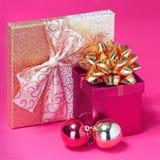 Weihnachtsgeschenke. Geschenkboxen mit Goldbogen Lizenzfreies Stockbild