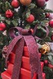 Weihnachtsgeschenke gestapelt oben unter Weihnachtsbaum stockfotos