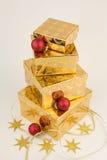 Weihnachtsgeschenke, Gold mit Rot Stockbilder