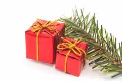 Weihnachtsgeschenke, grüner Baum auf weißem Hintergrund. Landschaft Stockfoto