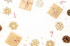 Weihnachtsgeschenke, hölzerne Dekorationen und Zuckerstangen auf weißem Hintergrund Flache Lage, Draufsicht Feiertagsrahmenzusamm stockbilder