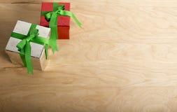 Weihnachtsgeschenke im hölzernen Hintergrund lizenzfreie stockbilder
