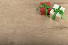 Weihnachtsgeschenke im hölzernen Hintergrund stockbilder