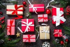 Weihnachtsgeschenke im roten und weißen Kasten Stockbilder