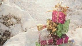 Weihnachtsgeschenke im schneebedeckten Thema des Waldneuen Jahres stock footage