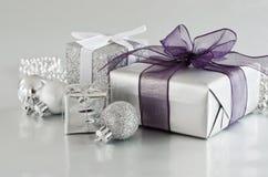 Weihnachtsgeschenke im Silber Stockbilder