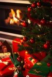 Weihnachtsgeschenke im Wohnzimmer Stockbilder