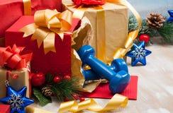 Weihnachtsgeschenke mit blauen Sportdummköpfen Lizenzfreie Stockfotos