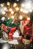 Weihnachtsgeschenke mit den Kästen, Koniferen, Korb, Zuckerstange Kegel auf hölzernem Hintergrund Weinleseart mit gezogenen Schne Lizenzfreie Stockfotografie