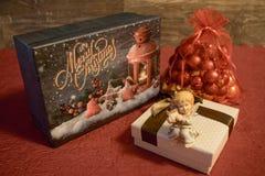 Weihnachtsgeschenke mit einem Engel und Weihnachtsbällen Stockbild