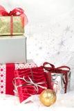 Weihnachtsgeschenke mit Feiertagsverzierungen Stockfotos