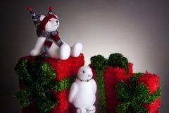 Weihnachtsgeschenke mit flaumigem Eisbären und einem Pinguin Lizenzfreies Stockfoto