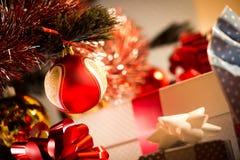 Weihnachtsgeschenke mit Flitter und Tanne Stockbilder