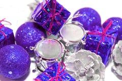 Weihnachtsgeschenke mit Geschenken Stockfotografie