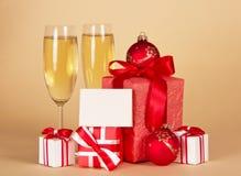 Weihnachtsgeschenke mit Karte Lizenzfreie Stockbilder