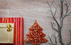 Weihnachtsgeschenke mit Kiefer auf Holz Lizenzfreie Stockfotografie