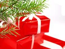 Weihnachtsgeschenke mit Kieferbaum Zweig Stockbild