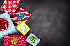 Weihnachtsgeschenke mit Kreidebrett Stockfoto