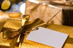 Weihnachtsgeschenke mit leerem Aufkleber Lizenzfreie Stockbilder