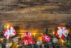 Weihnachtsgeschenke mit Lichtern und Dekorationen Lizenzfreie Stockbilder