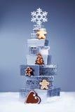 Weihnachtsgeschenke mit Plätzchen Lizenzfreie Stockfotos