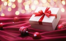 Weihnachtsgeschenke mit rotem Band Stockfoto