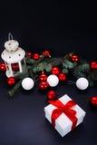 Weihnachtsgeschenke mit rotem Band auf dunklem Hintergrund Stockbild
