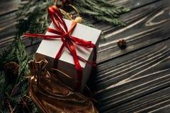Weihnachtsgeschenke mit rotem Band und goldene Verzierungen auf Griffeln Stockfoto