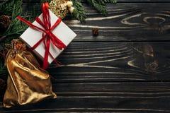 Weihnachtsgeschenke mit rotem Band und goldene Verzierungen auf Griffeln Lizenzfreie Stockbilder