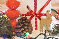 Weihnachtsgeschenke mit rotem Band und Tangerinen Stockfoto