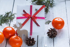 Weihnachtsgeschenke mit rotem Band und Tangerinen Lizenzfreies Stockbild