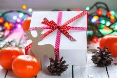 Weihnachtsgeschenke mit rotem Band und Tangerinen Stockfotografie