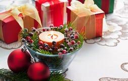 Weihnachtsgeschenke mit roter Flitterdekoration Stockfotos