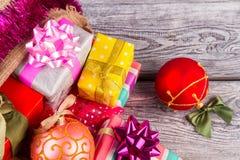 Weihnachtsgeschenke mit schönen Bögen und verpackt Stockfoto