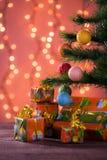 Weihnachtsgeschenke mit unscharfen Lichtern Stockfotos