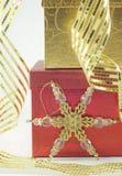 Weihnachtsgeschenke mit Verzierung Lizenzfreie Stockfotografie